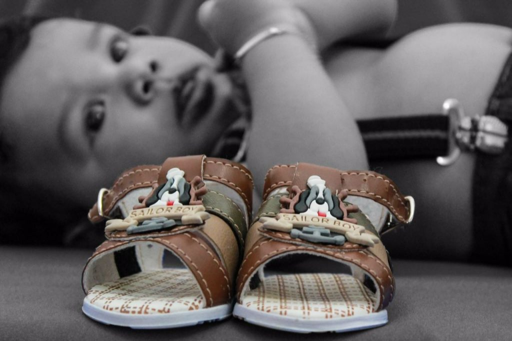 criança com chinelos photosites