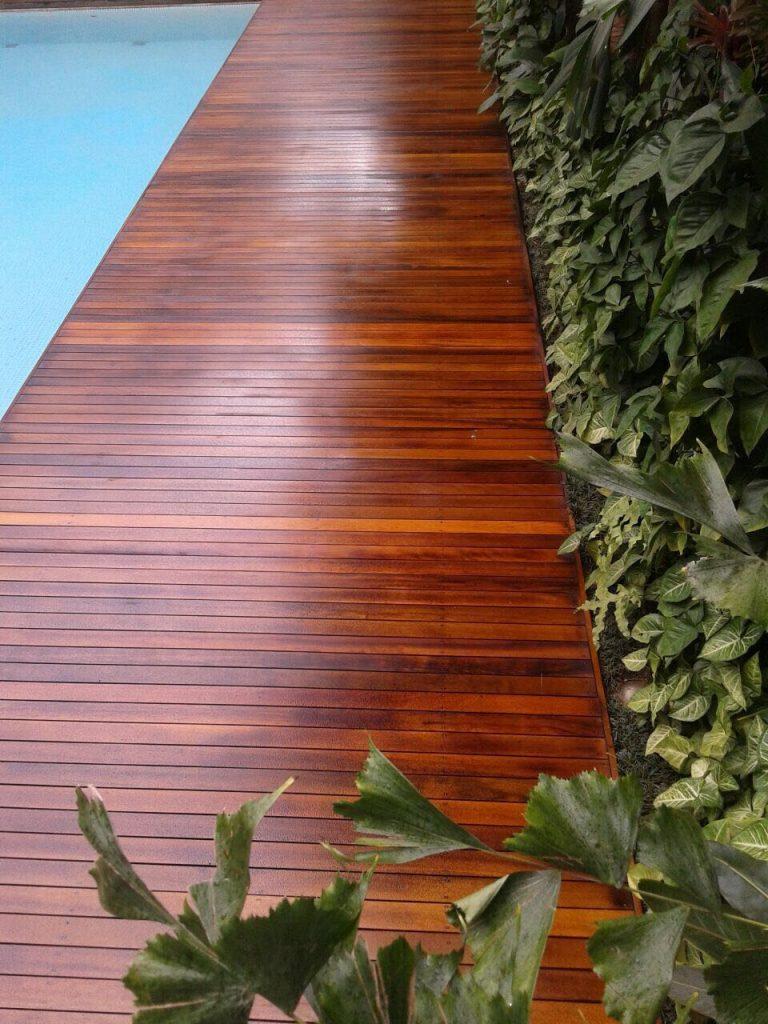 Deck de madeira em piscina