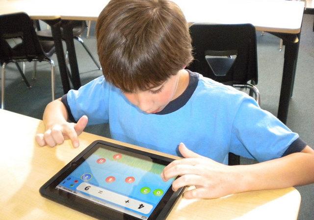 Alunos da rede municipal de SP recebem os primeiros 100 mil tablets